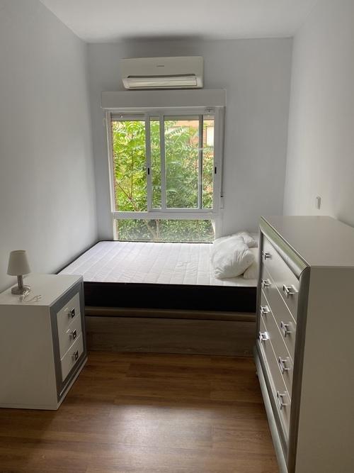 Habitación con mucha luz, con aire acondicionado
